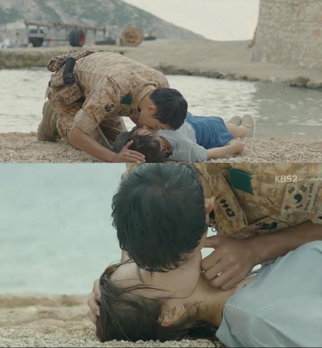 """""""Hậu duệ mặt trời"""" là bộ phim tác duyên cho cặp đôi và ngoài nụ hôn này, trong tập 5 cũng chứng kiến 1 nụ hôn khác của Mo Yeon với Shi Jin. Đó là khi cô lái xe nhưng vì không tập trung nên đã suýt gặp tai nạn với một chiếc xe khác. Tình huống này khiến cho xe Mo Yeon bị mất phanh và cô thẳng tiến tới... vực thẳm. Lúc này, Shi Jin được dịp làm anh hùng giải cứu mỹ nhân. Chiếc xe rơi xuống nước nhưng may có Shi Jin nên Mo Yeon đã được cứu sống. Đưa được người đẹp lên bãi cát, Shi Jin nhanh chóng thực hiện màn hô hấp nhân tạo cho cô."""