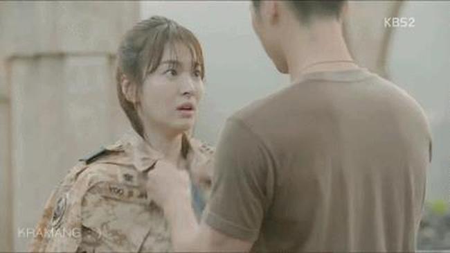 """Đưa Mo Yeon trở về doanh trại, Shi Jin cởi áo ngoài của mình và mặc cho cô vì áo Mo Yeon đã ướt hết và trở nên """"xuyên thấu"""". Khi Mo Yeon thắc mắc rằng tại sao giờ anh mới làm việc này, Shi Jin bèn tỉnh bơ đáp rằng nãy giờ những gì cần nhìn anh đã nhìn hết rồi, nhưng anh lại không muốn người khác cũng nhìn thấy như mình. Một lần nữa, chàng đại úy vui tính lại khiến nàng bác sĩ phải chín mặt ngượng ngùng vì thói hay trêu chọc của mình."""