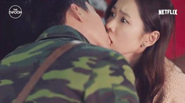 """Đây là cảnh Ri Jung Hyuk """"cưỡng hôn"""" Yoon Se Ri để giúp cô che giấu thân phận."""