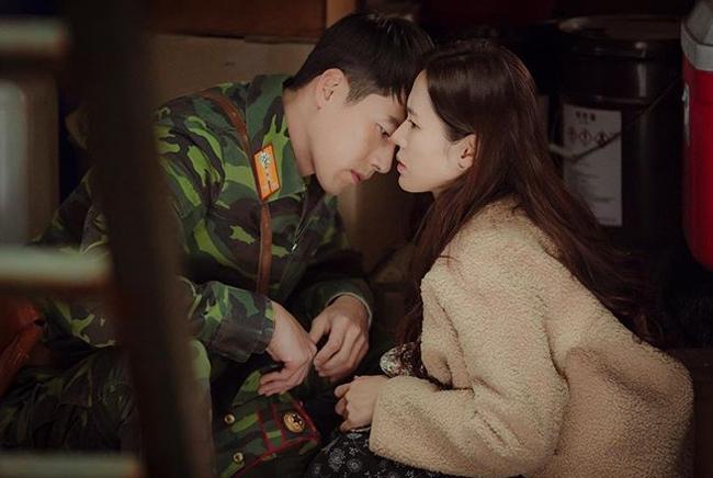 """Ở tập 4 """"Hạ cạnh nơi anh"""" (Crash landing on you), Hyun Bin và Son Ye Jin có cảnh hôn bất ngờ trên thuyền."""