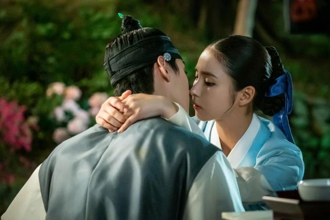 Cha Eun Woo và Shin Se Kyung cũng gây sốt với nhiều cảnh thânmật trong phimcổ trang Rookie Historian Goo Hae Ryung(2019).