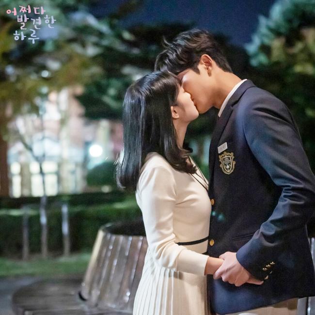 TrongExtraordinary you(2019), cặp đôi chênh lệch chiều cao Ro Woon và Kim Hye Yoon có nụ hôn ngọt ngào lãng mạn.