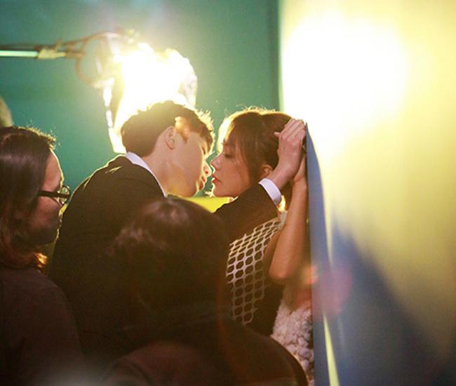 Trong nhiều góc quay, nam chính bạo dạn ép sát người tình vào tường và trao nụ hôn say đắm.