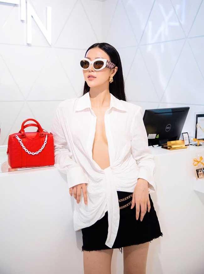 Chiếc áo này của Ngọc Châm khiến người ta nhớ tới một chiếc áo trắng khác của Kendall có kiểu dáng tương tự.