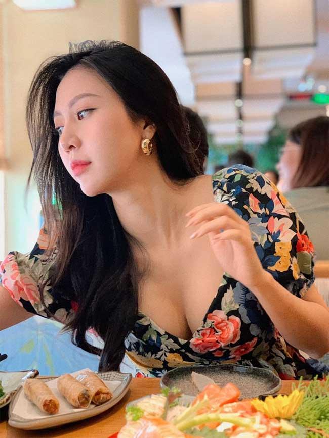 Có một thương hiệu thời trang riêng cũng thiên về phong cách nữ tính, Ngọc Châm ngoài đời cũng luôn chứng minh mình là người phụ nữ khéo ăn mặc.