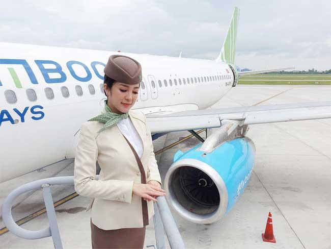 Trông bộ đồng phục thanh lịch được thiết kế bởi NTM Công Trí, Thanh Thủy rất duyên dáng và nữ tính.