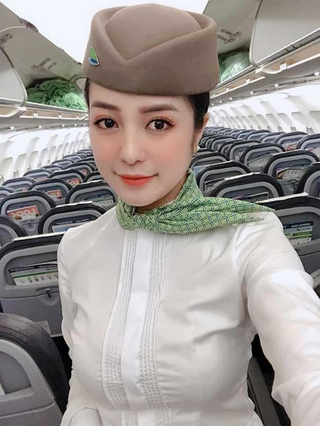 Nguyễn Thanh Thuỷ - nữ tiếp viên sinh năm 1997 của hãng Hàng không Bamboocũng là gương mặt được chú ý gần đây vì nhan sắc ngọt ngào, trẻ trung.