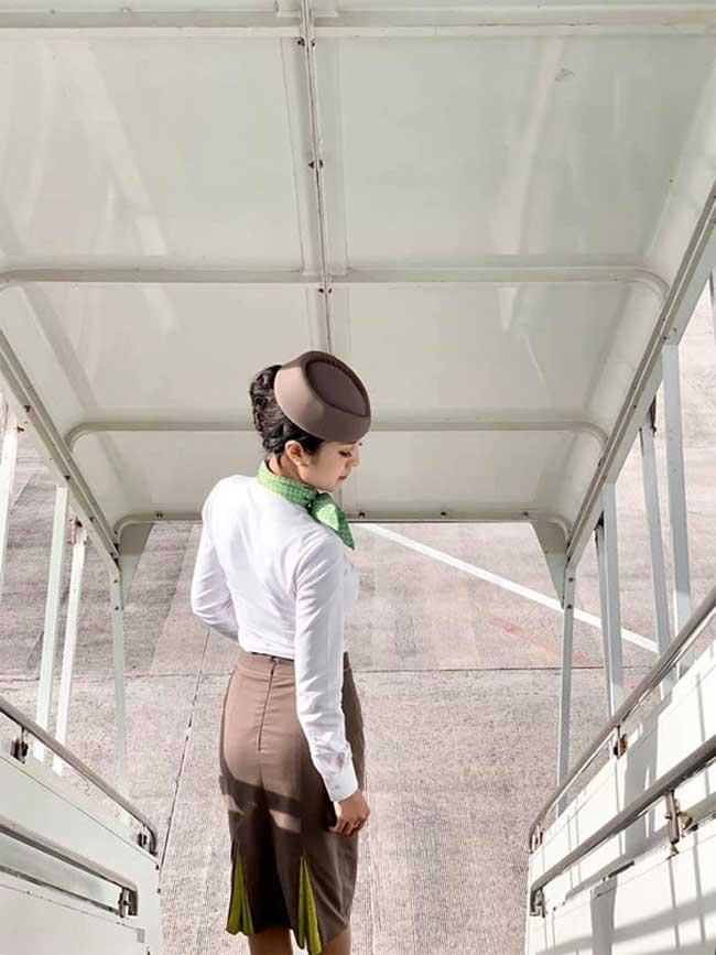 Cô được khen ngợi xinh đẹp và thanh lịch trong bộ đồng phục bay.