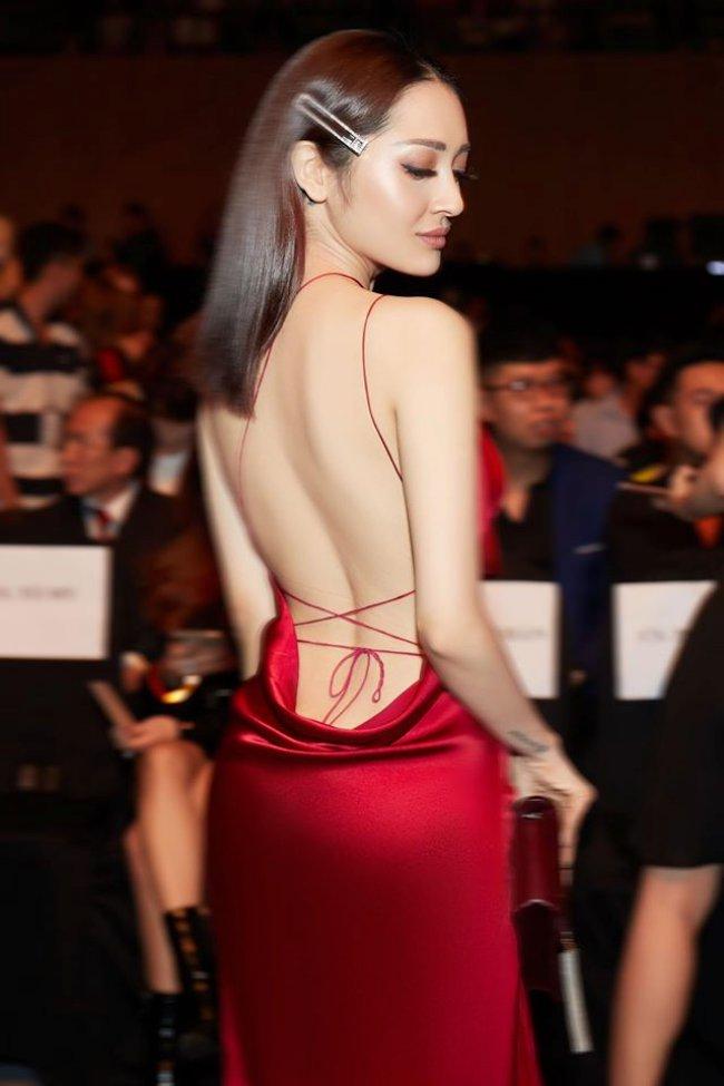 Thời trang của Bảo Anh luôn có sự táo bạo nhất định, không cắt xẻ khoe vòng 1 căng đầy cũng để hở lưng trần nuột nà.