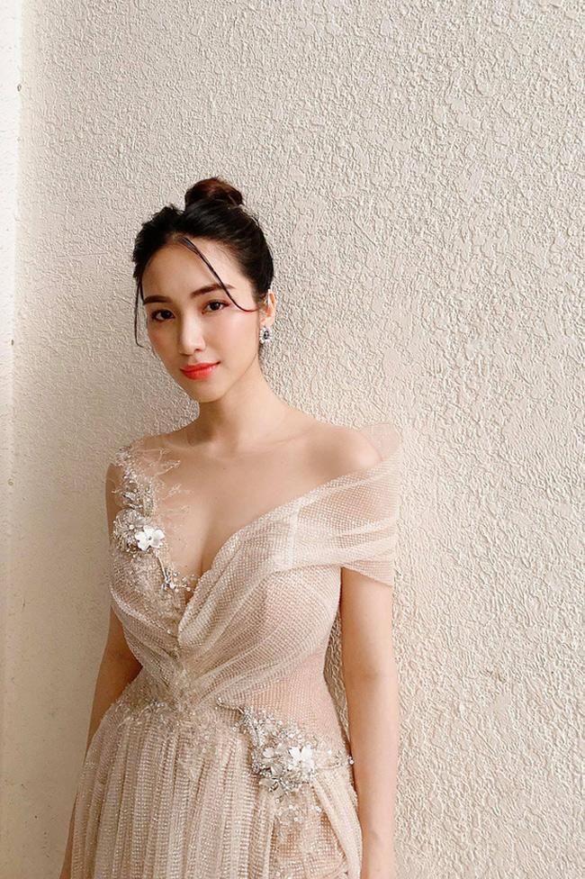 """Mới đây khi trả lời về tin đồn kiếm được 500 triệu đồng/tháng, Hòa Minzy liền đáp:""""Có thể vài ba ngày là có 500 triệu rồi. Có thể ký hợp đồng xong một công việc là có 500 triệu. Nhưng có những tháng không có show thì không có tiền"""".Câu nói đó khiến nhiều người tò mò về thu nhập của Hòa Minzy. Cô là một trong ba thành viên của gia đình Hoa Dâm Bụt gồm những người bạn thân chơi với nhau như anh chị em trong một nhà."""