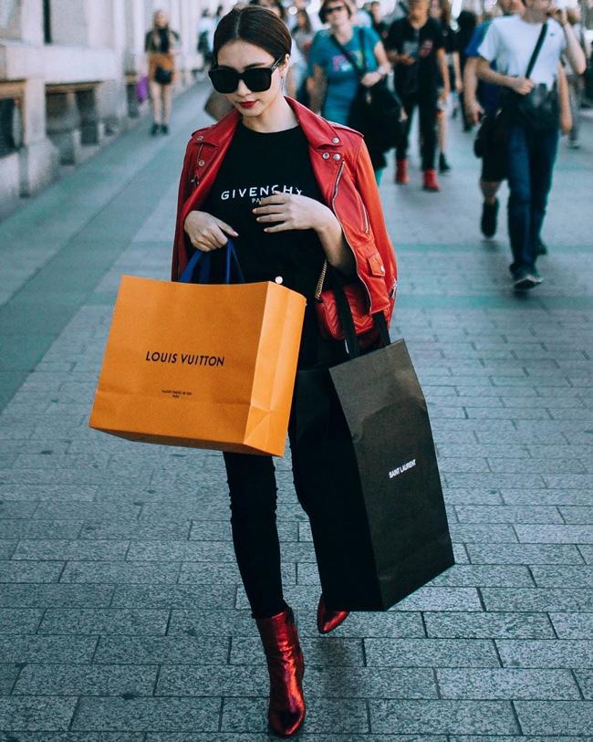 Nếu như trước đây Hòa Minzy dùng sản phẩm hàng nhái thương hiệu thì giờ đây cô đã tự tin bỏ ra những số tiền không nhỏ để sắm cho bộ sưu tập hàng hiệu của mình những món đồyêu thích.