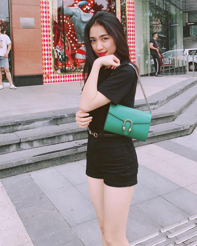 Ngoài việc sắm túi hàng hiệu giá hơn 30 triệu đồng, Hòa Minzy còn tậu mẫu thắt lưng của một thương hiệu nổi tiếng.