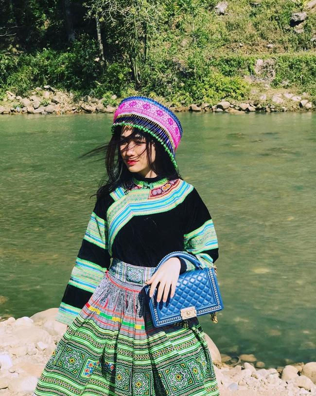 Khi đóng vai cô gái dân tộc trong MV, Hòa Minzy vẫn chơi trội với túi xách hàng hiệu.