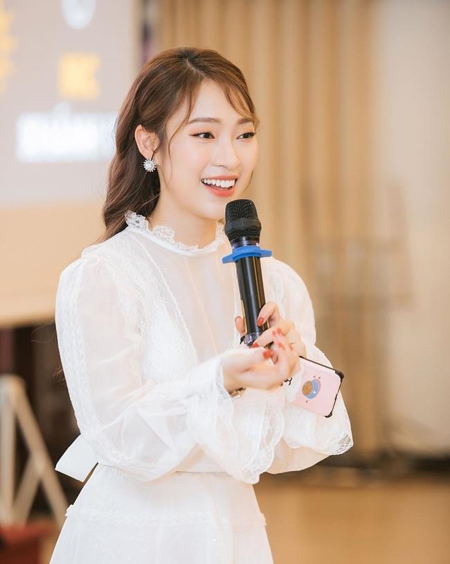 Trần Khánh Vy là một trong những MC trẻ tuổi xuất hiện trên sóng của Đài truyền hình Việt Nam. Người đẹp sinh năm 1999 nổi tiếng sau clip nói 7 thứ tiếng, từ đó, cô có cơ hội trở thành MC cho các chương trình như 8 IELTS, Crack Em Up, Follow Us