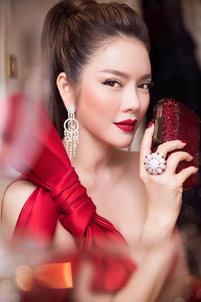 Ngoài ra, người đẹp còn sở hữu chiếc du thuyền trị giá hơn 100 tỷ đồng đến từ thương hiệu danh tiếng được cô mua hồi đầu năm 2017.