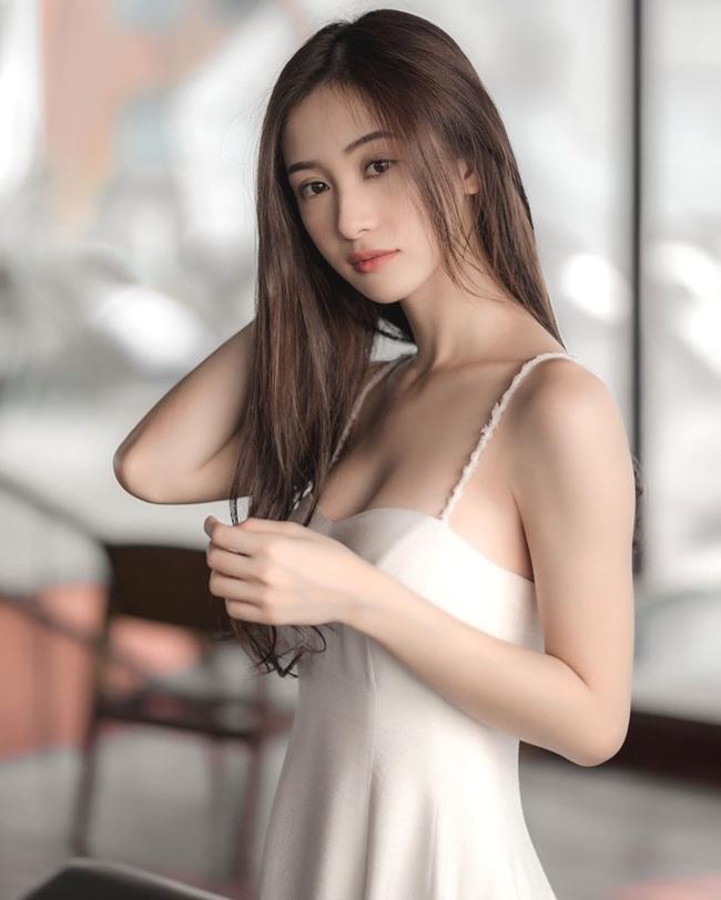 """Cái tên Jun Vũ mới thật sự trở nên """"tỏa sáng"""" trong làng giải trí Việt khi xuất hiện trong MV ca nhạc """"Sau tất cả"""" của nam ca sĩ Erik vào năm 2015. Sau thành công này, người đẹp gốc Hà thành bắt đầu lấn sân sang lĩnh vực điện ảnh. Hình ảnh của cô cũng thay đổi từ phong cách trong sáng, đáng yêu đến trưởng thành, quyến rũ hơn."""