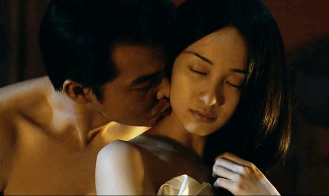 """""""Người bất tử"""" là bộ phim điện ảnh đầu tiên Jun Vũ đóng cảnh nóng với Quách Ngọc Ngoan. Nữ diễn viên cho biết, cô rất ngại ngùng khi diễn phân cảnh này bởi ngoài đời cả hai cũng không có sự thân thiết. Để giúp diễn viên có tâm lý thoải mái hơn, đạo diễn Victor Vũ đã yêu cầu hầu hết thành viên ê-kíp ra ngoài, chỉ giữ lại những nhân sự cần thiết cho cảnh quay."""