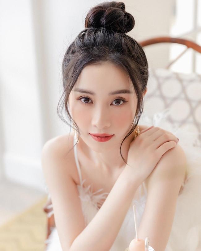 Cận cảnh nhan sắc xinh đẹp của mỹ nhân được báo Thái Lan ca ngợi là minh tinh quyến rũ nhất Việt Nam.