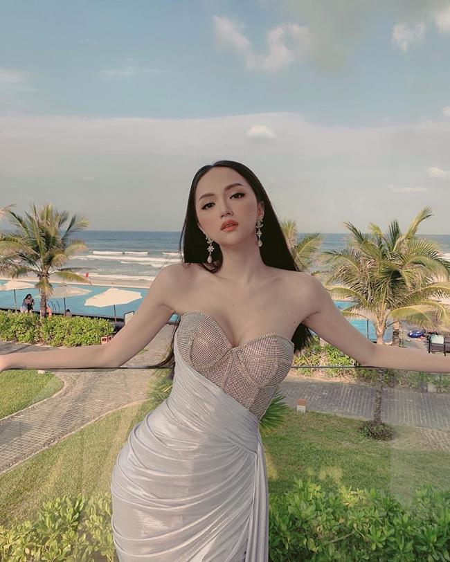 Hương Giang đăng quang Hoa hậu Chuyển giới Quốc tế 2018 và là gương mặt quen thuộc với truyền thông Thái Lan. Nữ ca sĩ từng được khen ngợi có nhan sắc xinh đẹp không kém Nong Poy - mỹ nhân chuyển giới đẹp nhất Thái Lan.