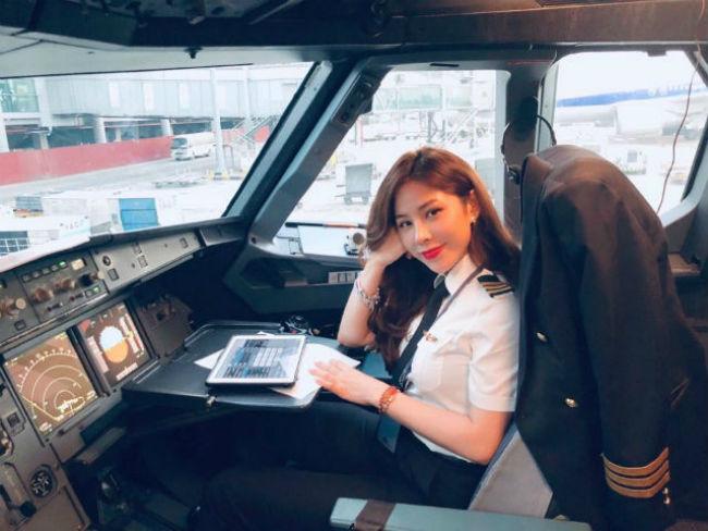 Khác với bộ trang phục phi công mà các mỹ nhân này vẫn diện mỗi khi vào buồng lái, ngoài đời họ là những cô nàng trẻ trung, gợi cảm.