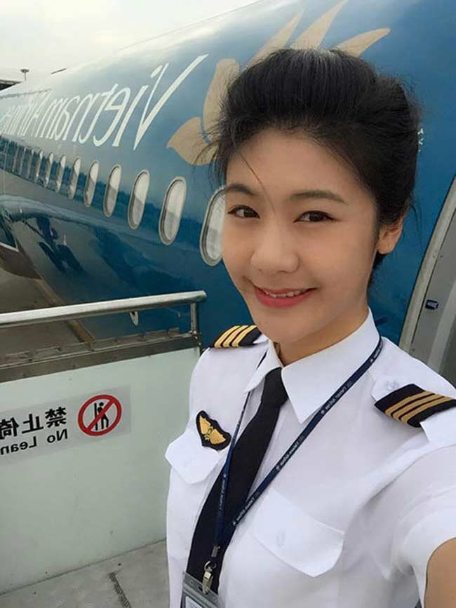 Huỳnh Lý Đông Phương (sinh năm 1987) xinh đẹp trong bộ trang phục của nữ phi công.