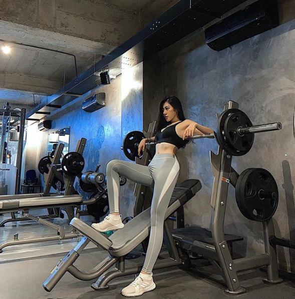 Mặc bikini vào phòng gym đấm bốc, mỹ nhân Việt