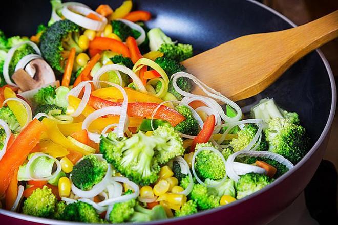 Nắm vững 5 mẹo này bạn sẽ nấu ăn ngon không kém gì đầu bếp nhà hàng - 1