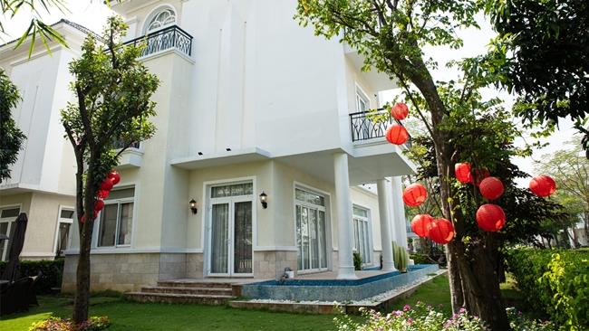 MC Thanh Mai dọn về căn biệt thự này sống được một năm. Căn nhà nằm trong khu dân cư cao cấp nên không gian sống yên tĩnh và an ninh.