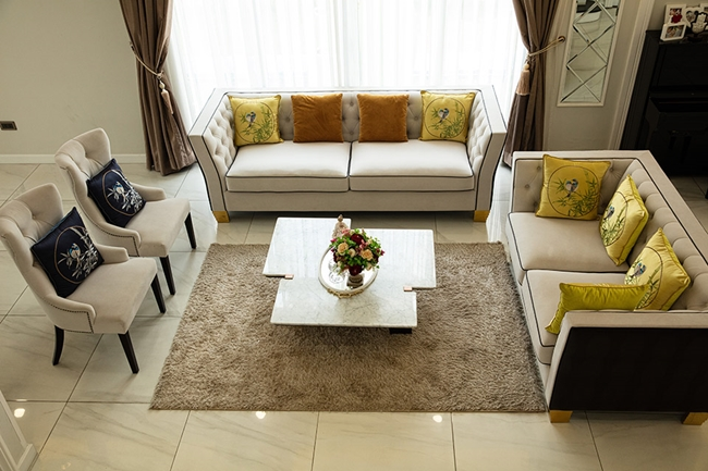 Toàn bộ nội thất của biệt thự được Thanh Mai lựa chọn tỉ mỉ, kỹ lưỡng. Nữ MC cho biết, cô yêu thích nhất khu vực phòng khách với bộ ghế sofa lớn.