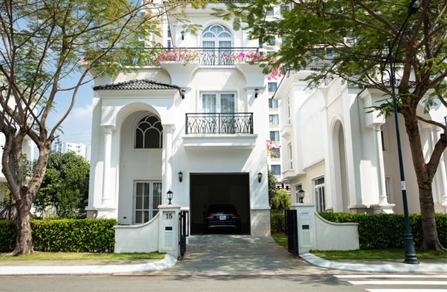 Theo một nguồn tin riêng của chúng tôi, biệt thự của Thanh Mai có giá khoảng 1 triệu USD, rộng 800 m2. Hiện cô sống 1 mình trong căn nhà này.