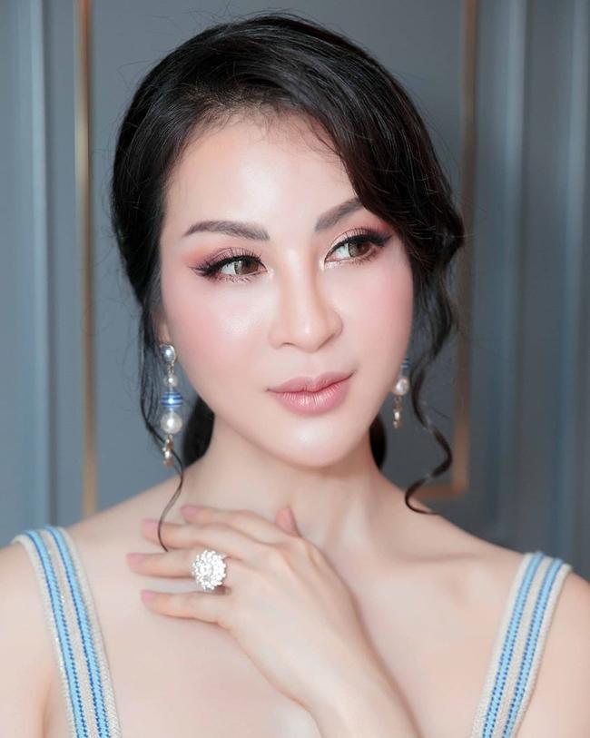 Ngoài ra, nữ MC của VTV còn là tay chơi hàng hiệu, kim cương... đẳng cấp. Cô có sở thích sưu tập những món trang sức đắt đỏ từ vài trăm triệu đến tiền tỷ.