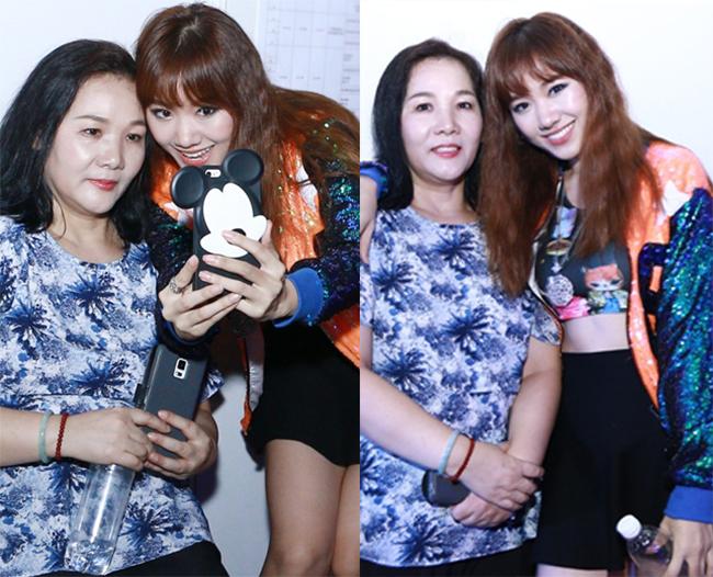 Từ khi Hari Won mới gia nhập Vbiz, mẹ của cô - bà Lee Sook Hee đã luôn sát cạnh bên con gái, cùng tham gia sự kiện và các hoạt động vơi vai trò trợ lý đặc biệt cho cô.