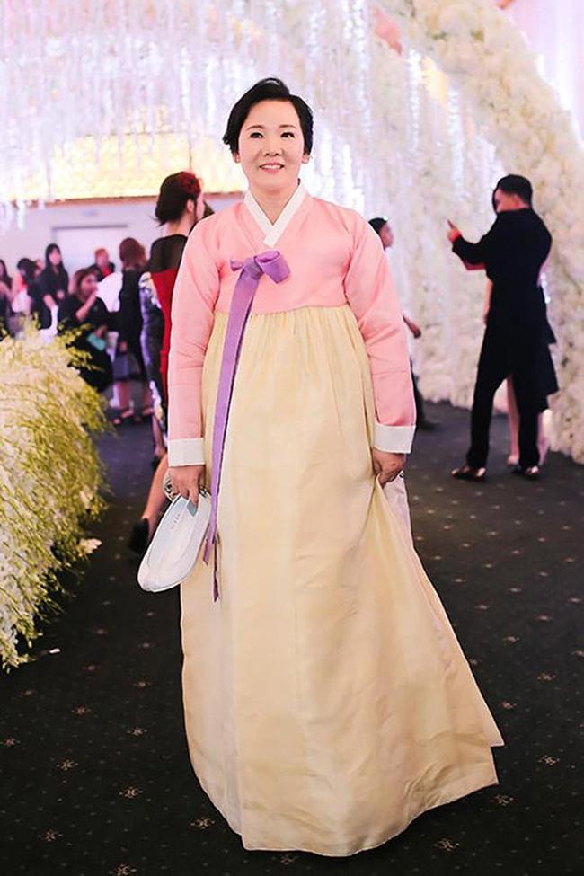 Nhan sắc và gu thời trang của mẹ Hari Won vì thế cũng được nhận xét ngày càng trẻ trung, sành điệu.