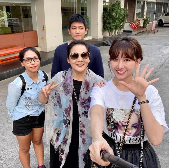 Trong một lần Hari Won chia sẻ hình ảnh đi mua sắm, hai mẹ con nữ ca sỹ gây chú ý với chiếc túi màu đen của Channel giá hơn 100 triệu đồng.