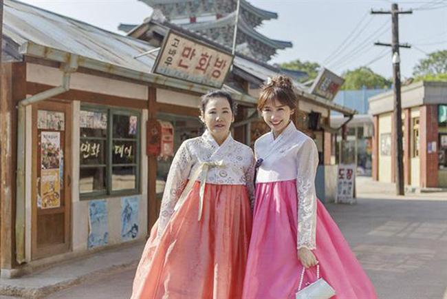 Khi đi cạnh nhau, chắc hẳn nhiều người sẽ nhầm tưởng đây là hai chị em vì mẹ Hari Won quá trẻ.