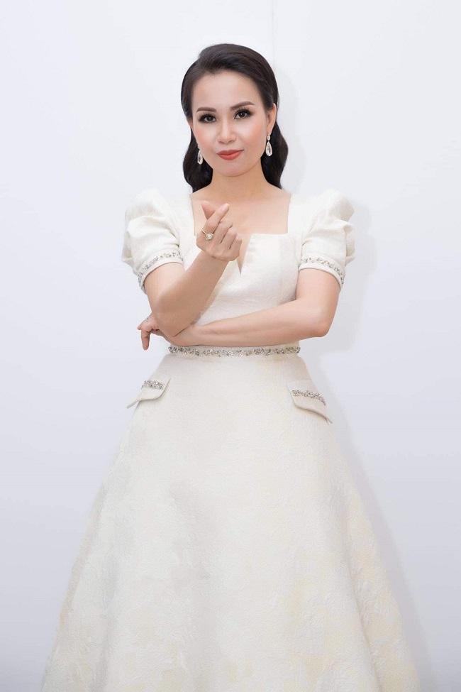 Nữ ca sĩ từng phải nghỉ hát 3 năm vì bị bệnh viêm xoang, sau khi chữa trị bằng nhiều phương pháp và qua Mỹ làm phẫu thuật, Cẩm Ly quay trở lại với dự án âm nhạc trực tuyến trên Youtube và được khán giảđón nhận nồng nhiệt.