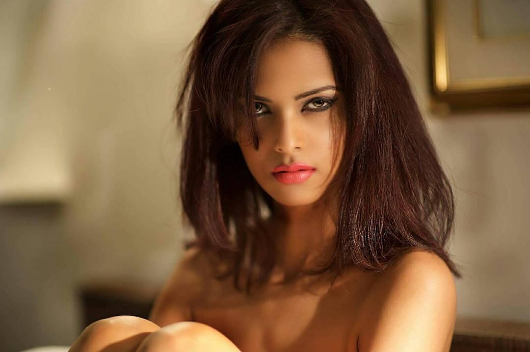 """Chụp ảnh nóng bỏng, nữ hoàng sắc đẹp Hồi giáo bị dân mạng """"dìm"""" là gái bán dâm - 2"""