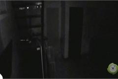 Rợn người cảnh quay bóng trắng chuyển động dưới tầng hầm khu nhà vắng