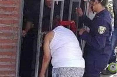 Dòm trộm nhà hàng xóm, người phụ nữ kẹt đầu vào song cửa