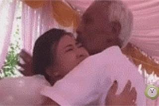 Rưng rưng clip cha già gạt nước mắt tiễn con gái về nhà chồng
