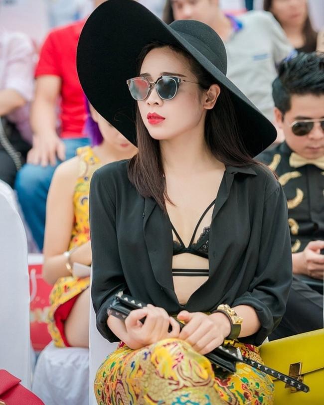 Tự tin với ngoại hình, bà xã Hồ Hoài Anh không ngại diện những trang phục gợi cảm, khoe nhan sắc.