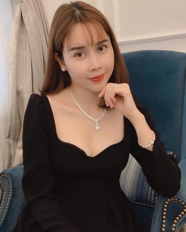 Ngoài đời, cô chuộng những trang phục đơn sắc, tối giản nhưng vẫn khoe được vẻ đẹp gợi cảm.
