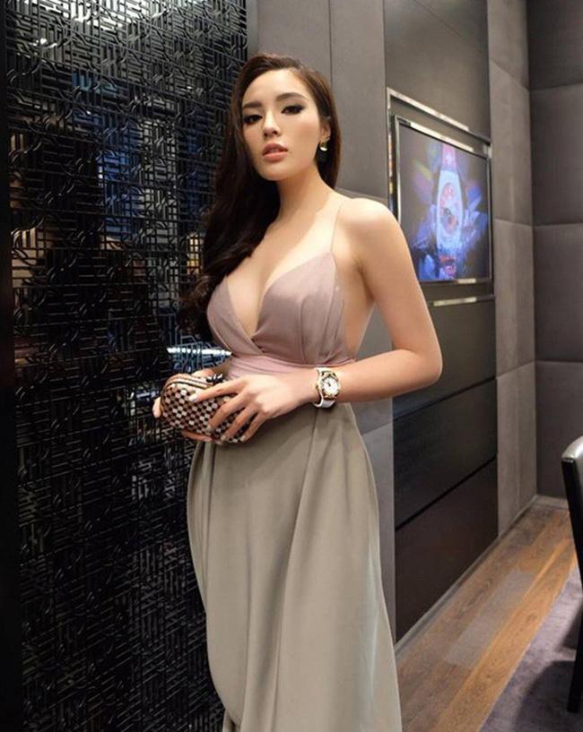 """Đại học Ngoại thương trở thành """"cái nôi"""" của showbiz Việt với nhiều mỹ nhân tài năng. Hoa hậu Kỳ Duyên không chỉ sở hữu nhà riêng, xe sang mà còn có bộ sưu tập hàng hiệu khiến nhiều người phải ngưỡng mộ."""