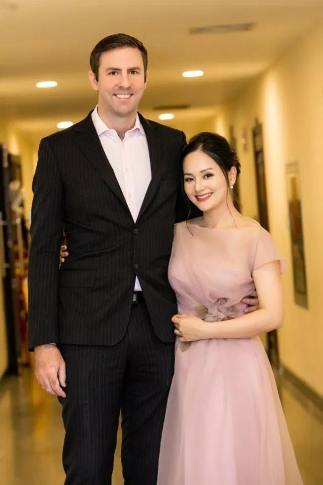 Cô kết hôn cùng ông xã người nước ngoài cao 2m, khoảng cách chiều cao chênh lệch của cả hai khiến nhiều người chú ý.