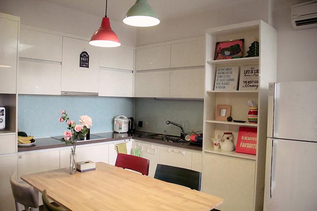 Không gian nhà bếp được bài trí gọn gàng, sạch sẽ.