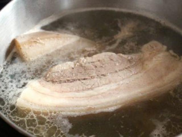 Luộc thịt lợn thơm lừng, trắng giòn, chín ngọt chỉ cần nhờ 1 thìa nhỏ thứ ai cũng có này - 2