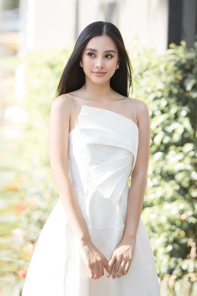 """Sau khi đăng quang """"Hoa hậu Việt Nam"""" và tiếp tục đại diện Việt Nam tham gia """"Miss World"""", Tiểu Vy vẫn chăm chỉ học tập song song với những hoạt động trong thời gian đương nhiệm. Người đẹp cũng thường xuyên đăng ảnh đến trường, check-in cùng bạn bè và khẳng định sự cố gắng trong học tập."""