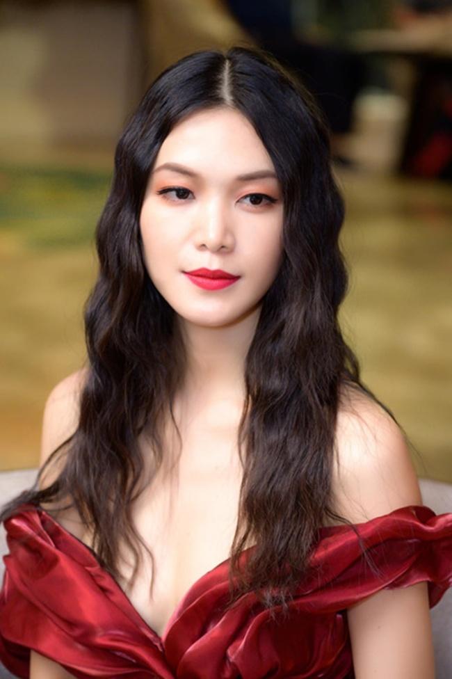 Ngay sau đêm đăng quang, Hoa hậu sinh năm 1990 bất ngờ lộ thông tin chưa tốt nghiệp THPT và nghỉ học giữa chừng gây tranh cãi dữ dội.