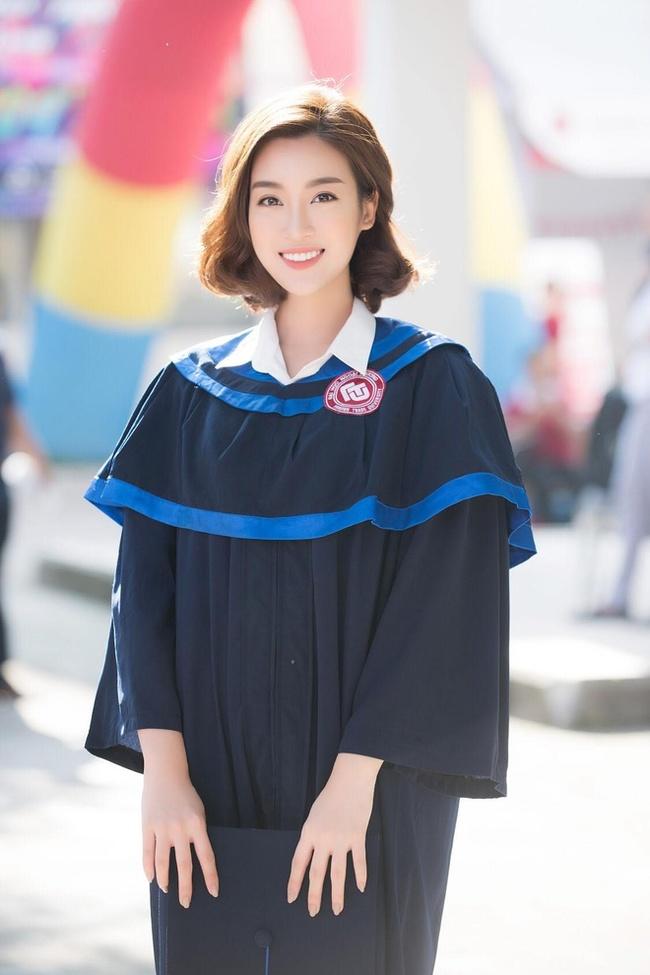 """Dù bận rộn với rất nhiều hoạt động của một Hoa hậu, Đỗ Mỹ Linh cũng hoàn thành chương trình học và tốt nghiệp đại học đúng thời hạn. Người đẹp sinh năm 1996 cũng như nhiều Hoa hậu khác, ngay khi đăng quang đã bị dân mạng """"soi"""" ra bảng điểm thi đại học."""