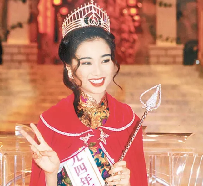 """Đàm Tiểu Hoàn đăng quang Hoa hậu Hong Kong 1994. Sau đó, cô lấn sân đóng phim. Tác phẩm ấn tượng nhất của người đẹp là """"Người trong giang hồ"""". Trước khi đăng quang Hoa hậu, người đẹp họ Đàm là tiếp viên hàng không hãng Cathay Pacific."""